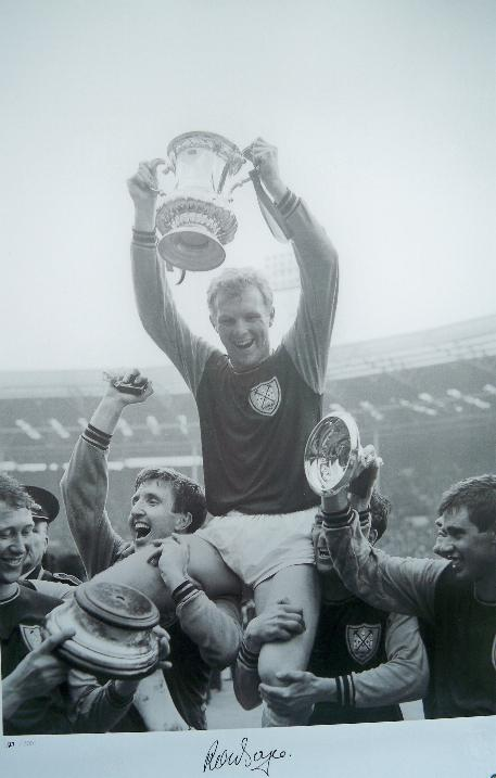 1964 FA cup image signed by Ronnie Boyce A2